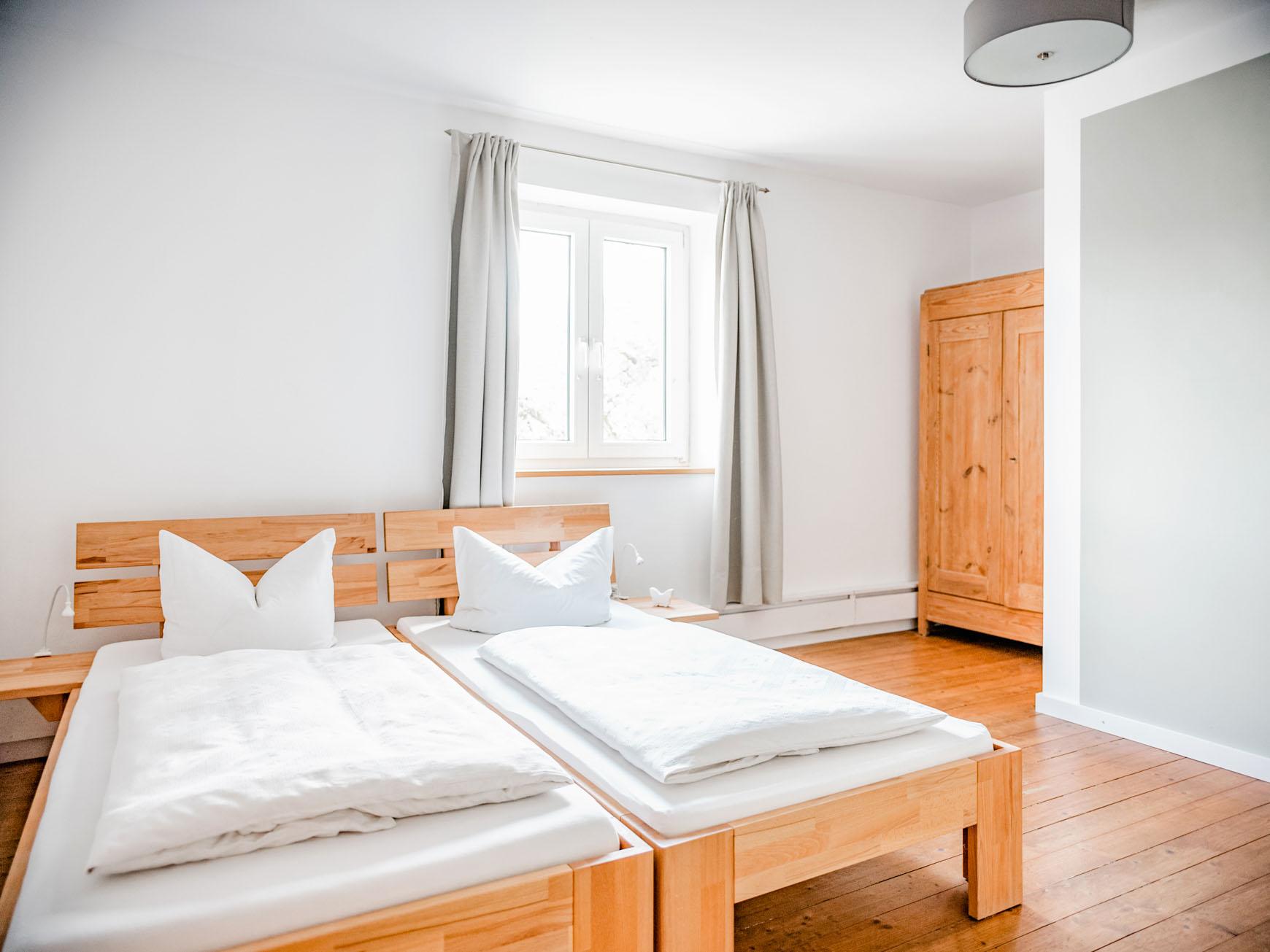 Doppelzimmer - Betten und Schrank