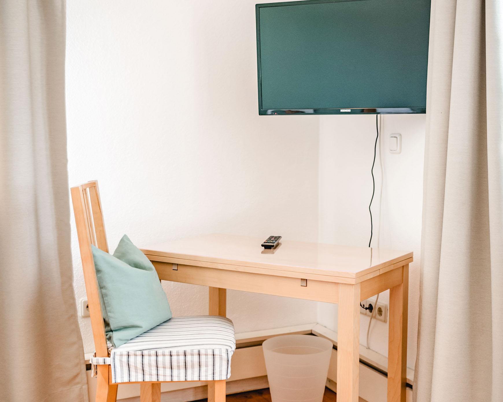 Doppelzimmer - Tisch und Flachbildschirm