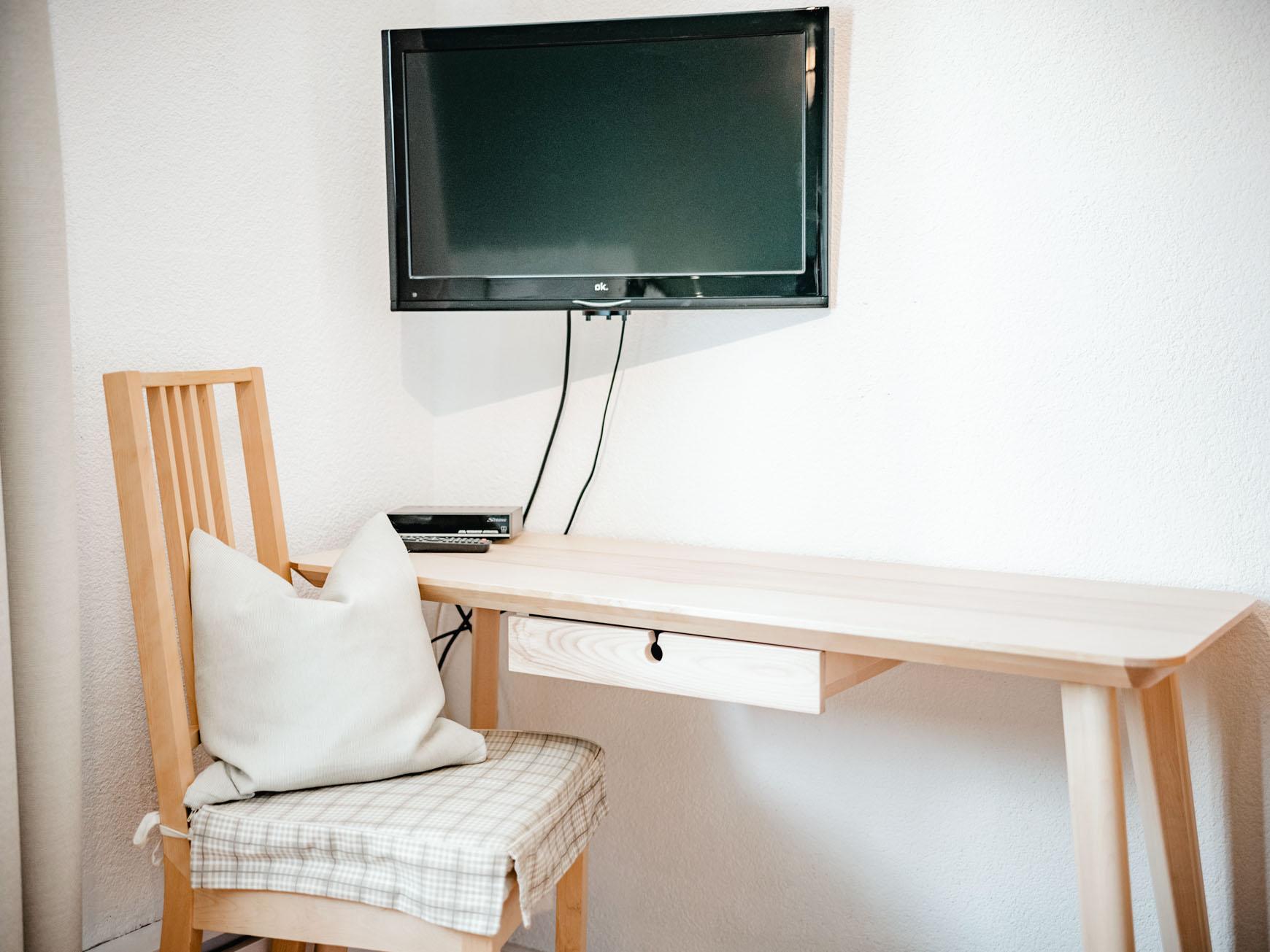 Einzelzimmer - Sitzecke, Tisch und Flachbildschirm