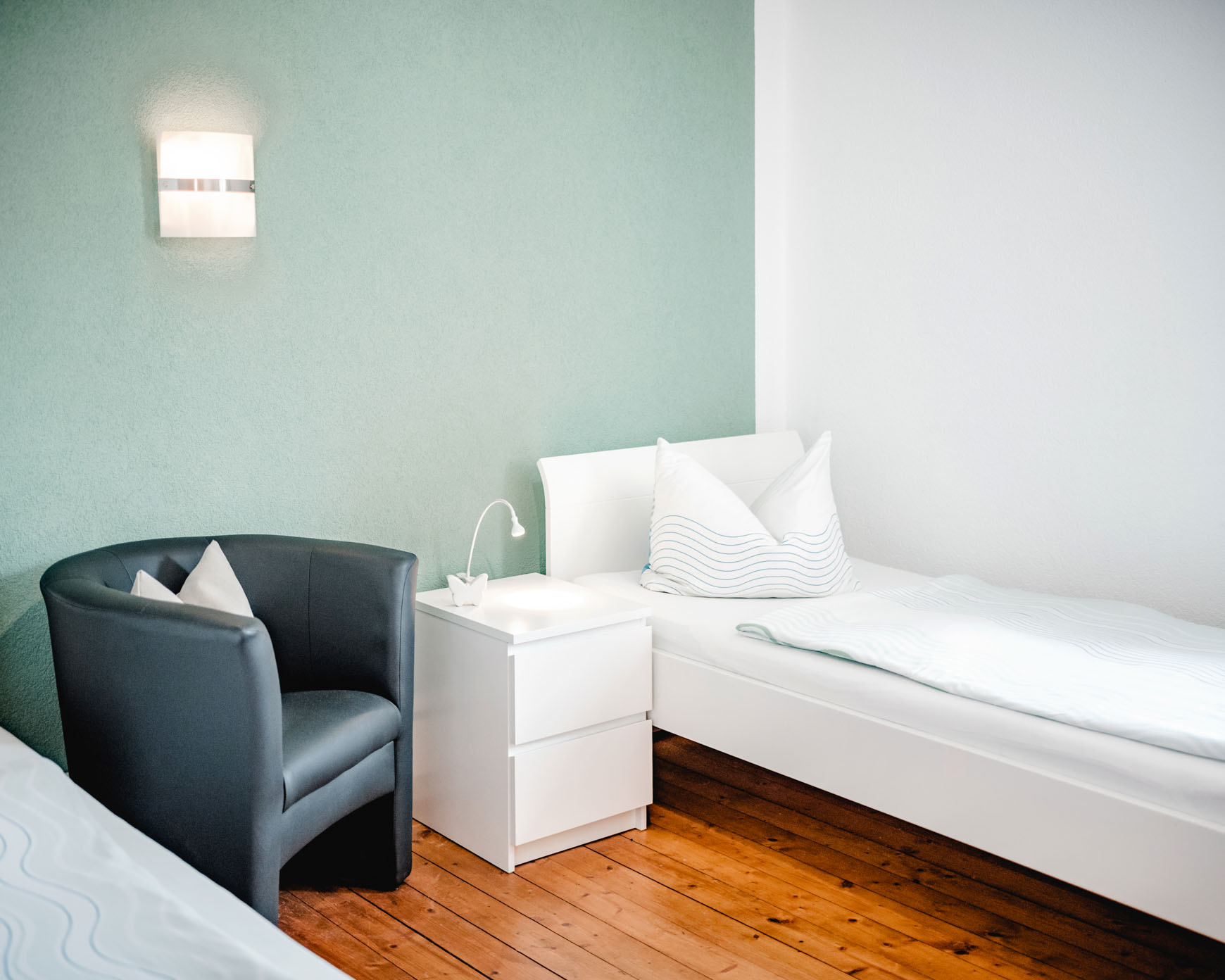 Einzelzimmer - Übersicht Bett, Sessel