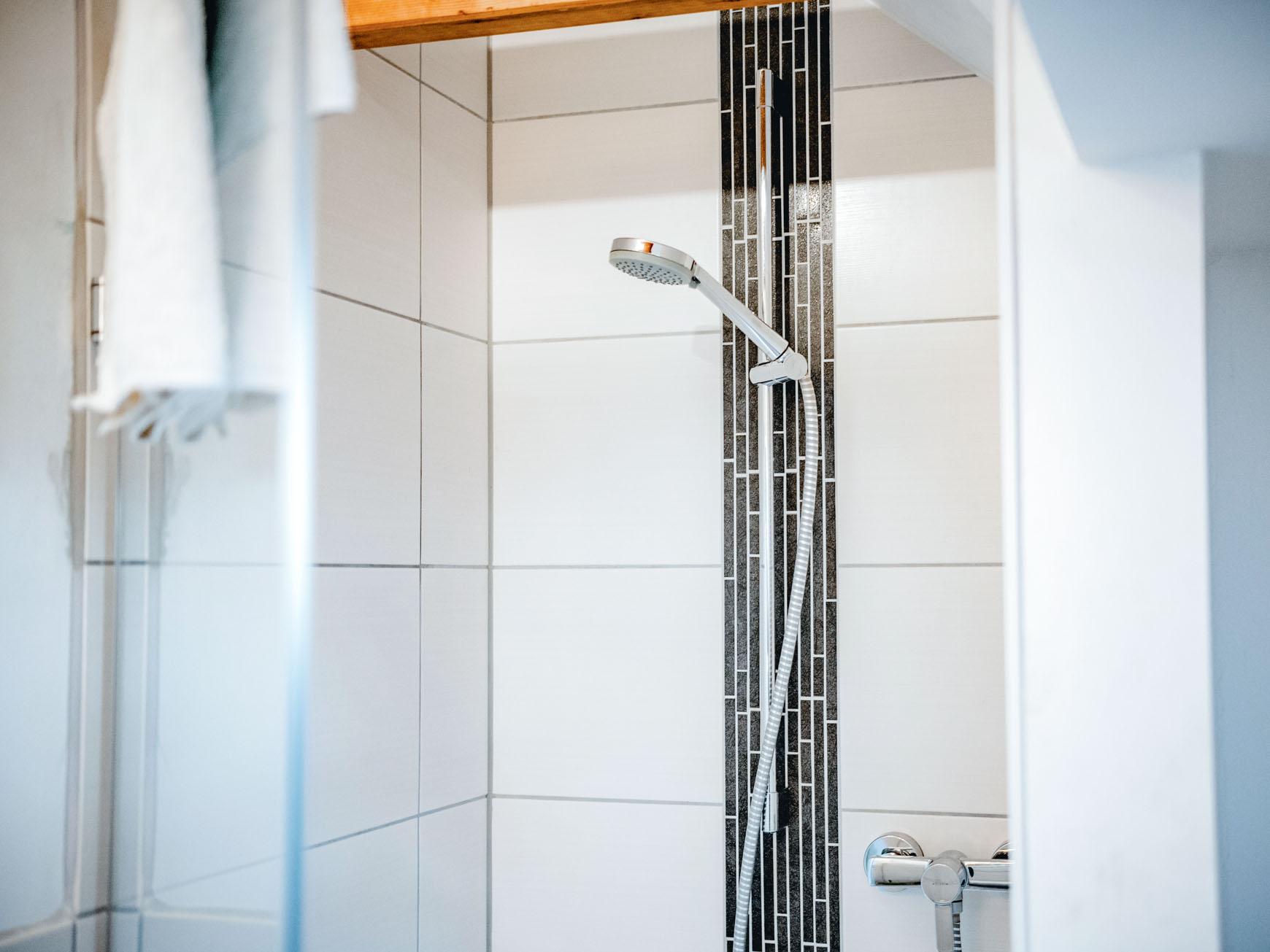 Ferienwohnung - Dusche im Bad