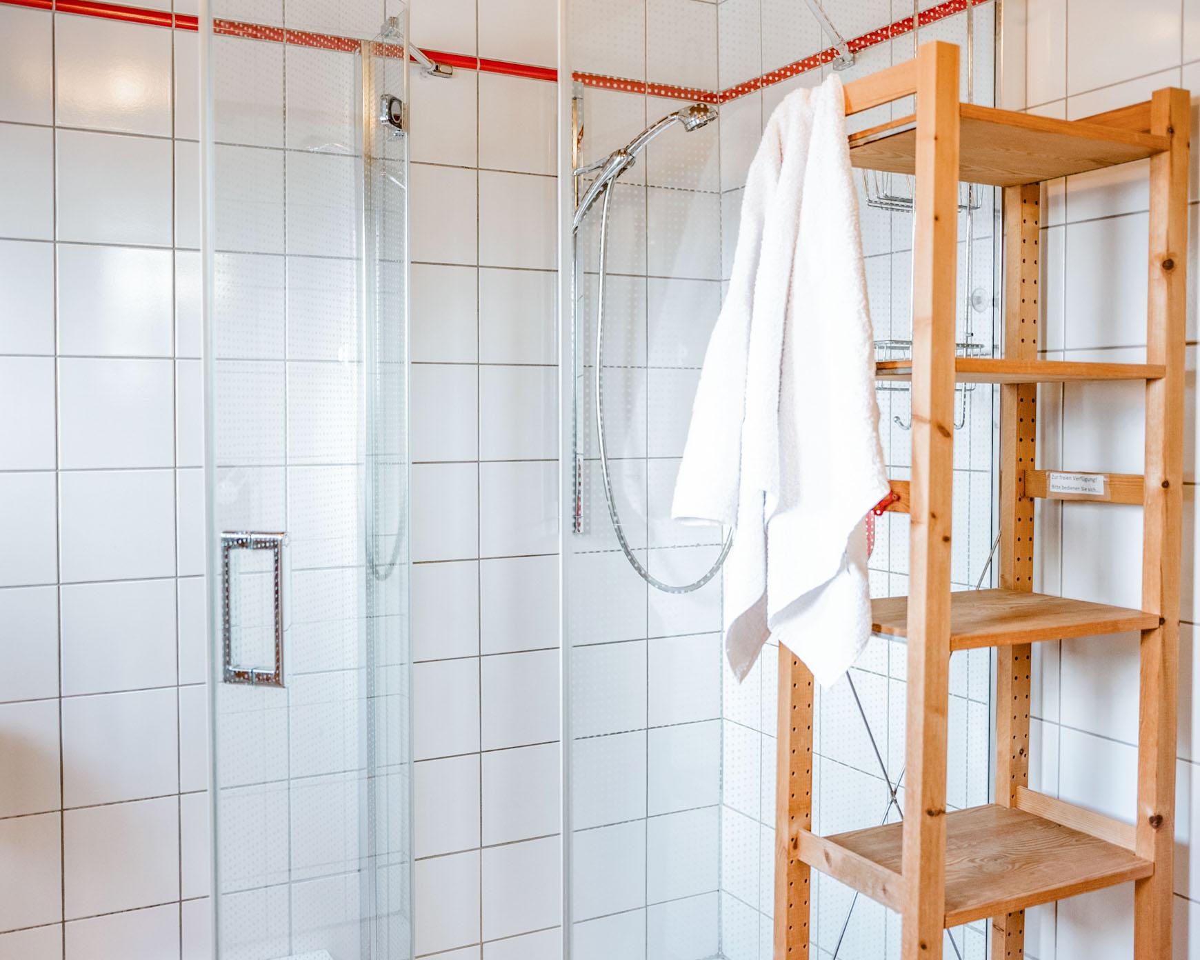 Dusche im Gemeinschaftsbad