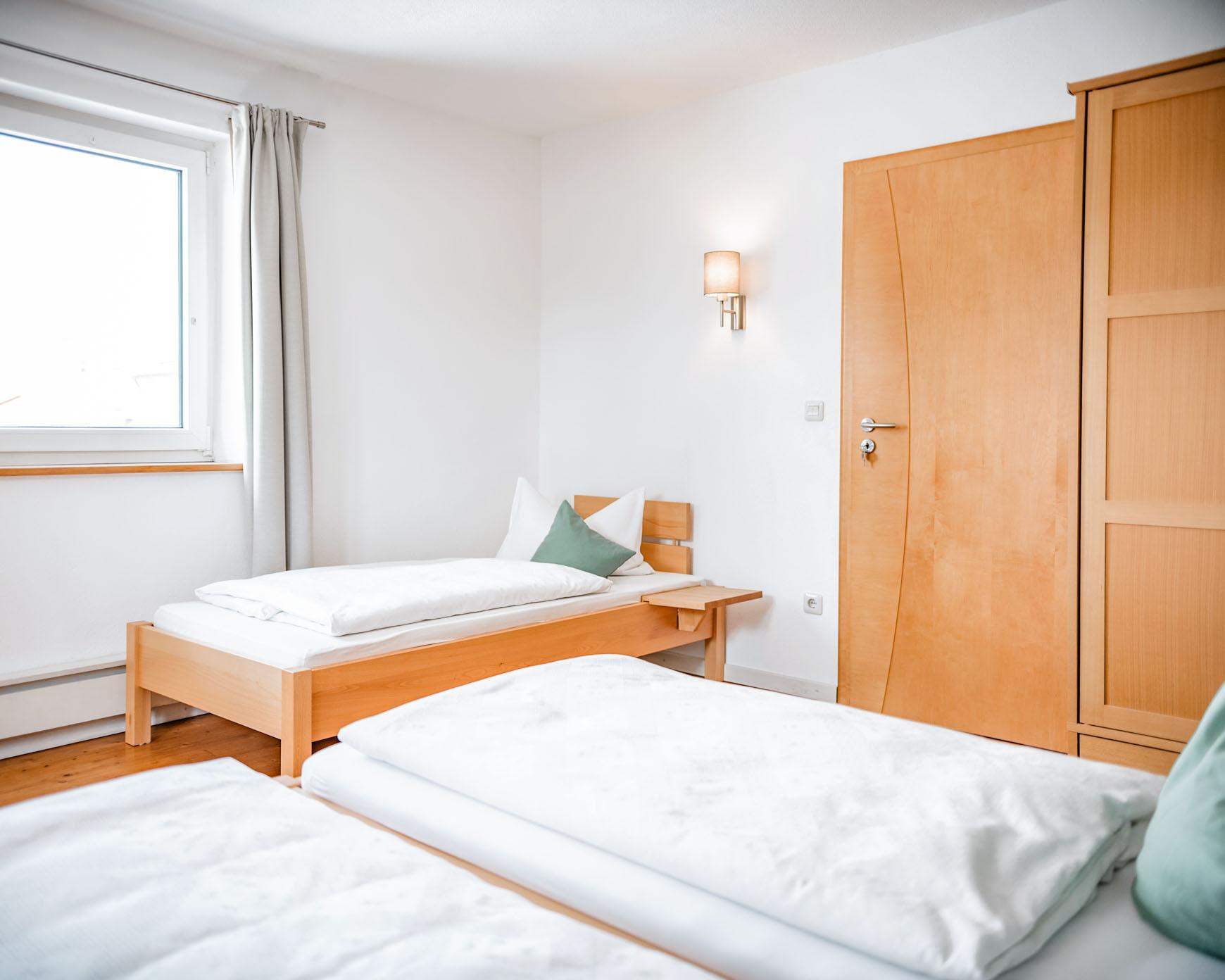 Mehrbettzimmer - Zimmerübersicht Betten und Schrank