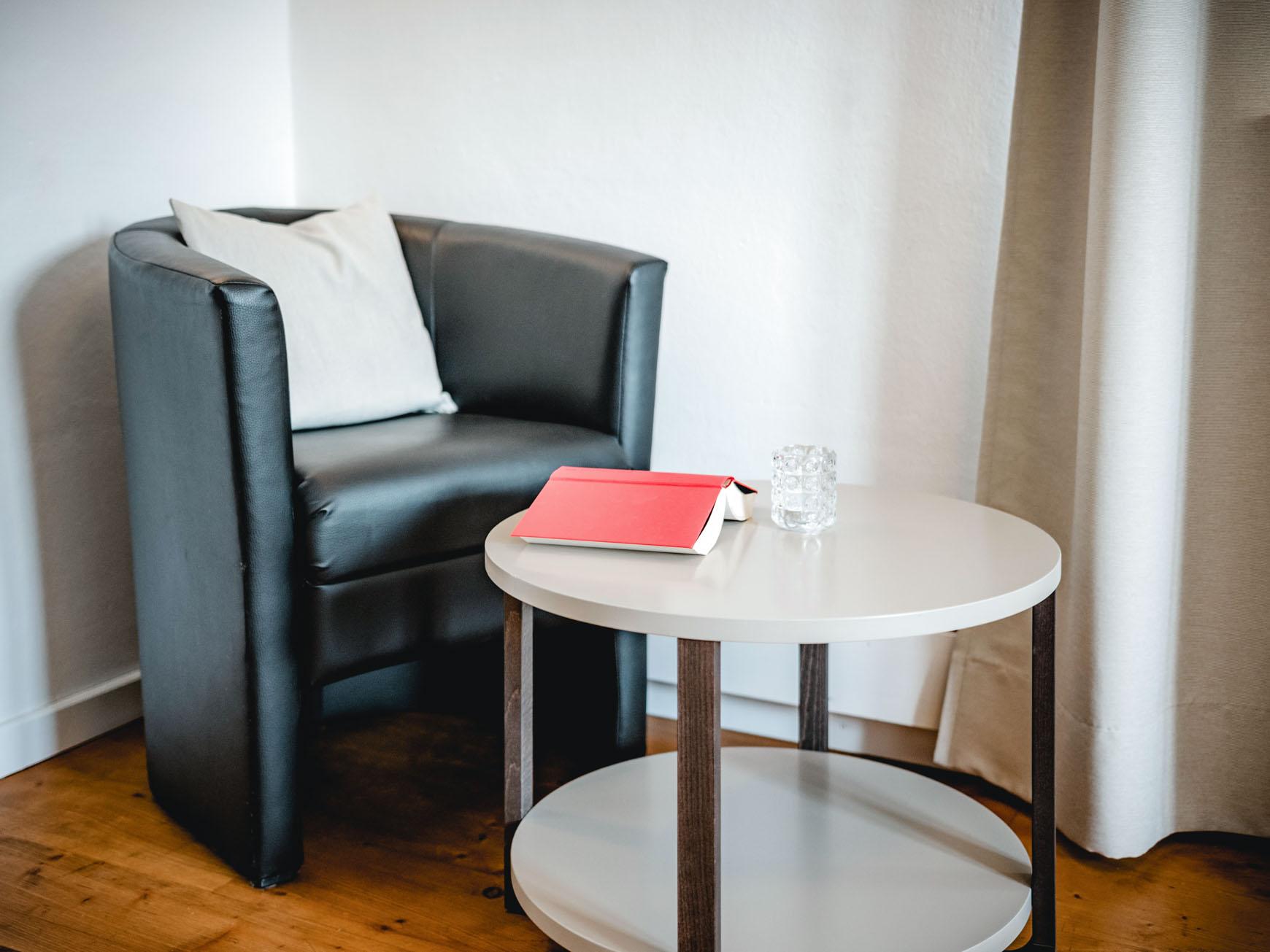 Mehrbettzimmer - Sitzecke mit Beistelltisch